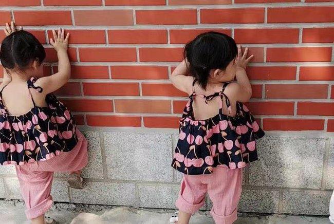 """Ai nói đẻ con gái cho bớt quậy? Mẹ bỉm sữa chia sẻ hình ảnh cặp song sinh với những trò quậy phá """"có đôi"""" khiến cô toát mồ hôi hột - Ảnh 1."""