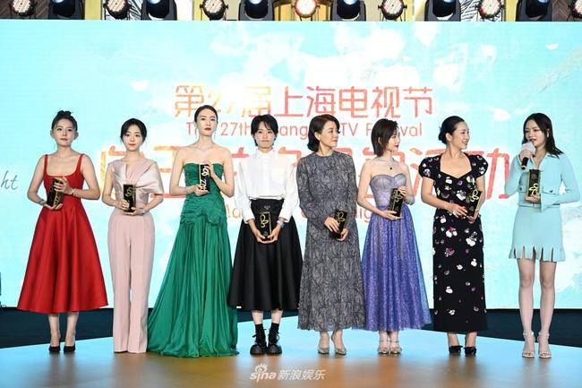 """Bộ đầm xanh hở ngực sexy thế nào mà giúp Đồng Dao """"chặt tan nát"""" Đàm Tùng Vận ở tiệc hạng sang Bạch Ngọc Lan  - Ảnh 1."""