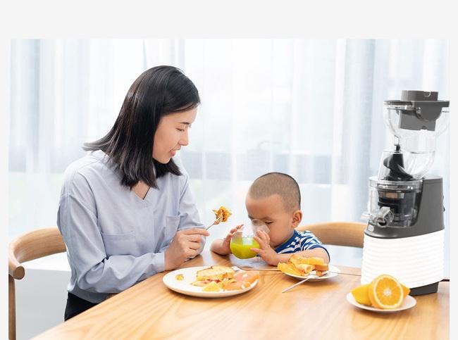 Cho trẻ nhỏ uống nước ép trái cây như thế nào? - Ảnh 1.