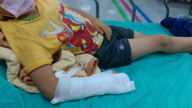 Bé gái 5 tuổi bị bố giẫm vỡ bụng, nụ cười hả hê của người mẹ tại bệnh viên tố cáo vụ bạo hành kinh hoàng - Ảnh 1.