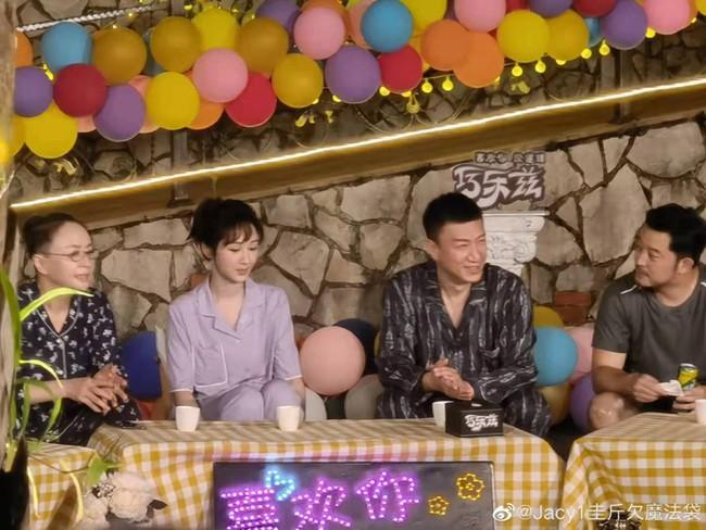 Dương Tử mặc đồ ngủ lên show cực đáng yêu, màu tím của áo gợi nhắc Cẩm Mịch ở Hương mật tựa khói sương - Ảnh 2.