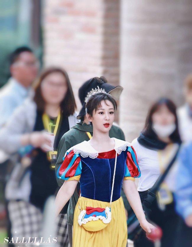 Dương Tử mặc đồ ngủ lên show cực đáng yêu, màu tím của áo gợi nhắc Cẩm Mịch ở Hương mật tựa khói sương - Ảnh 6.
