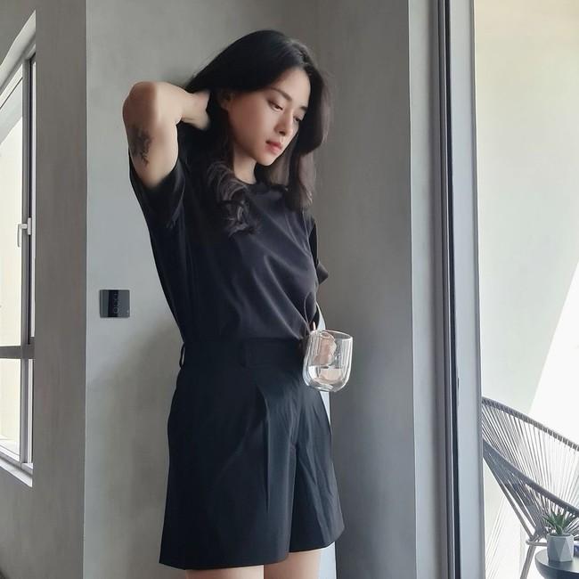 """Ngô Thanh Vân rất chăm diện áo thun trẻ trung, nhưng có kiểu nàng 30+ không nên copy vì dễ thành """"cưa sừng làm nghé"""" - Ảnh 2."""