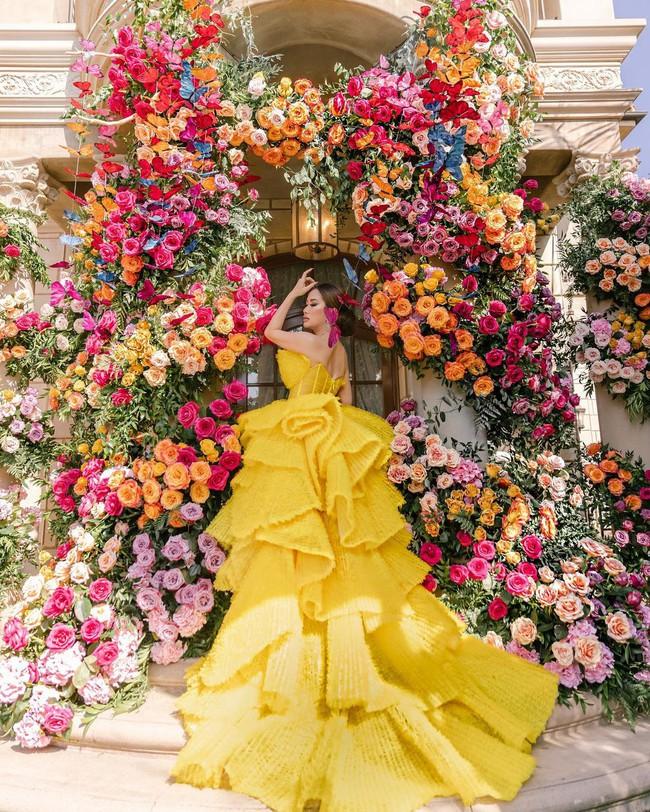 Nữ tỷ phú ở biệt thự 800 tỷ gây choáng với tiệc sinh nhật trải toàn hoa hồng đắt đỏ, cuối buổi còn được chồng tặng siêu xe gây náo loạn đường phố  - Ảnh 4.