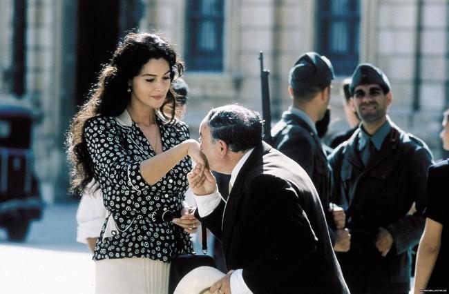 Phim 18 + Malèna: Những cảnh khoe thân làm tình bỏng mắt và bí mật của người phụ nữ khiến mọi đàn ông khát thèm - Ảnh 5.