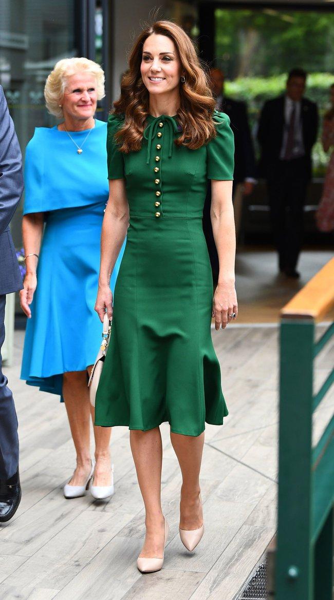 """Công nương Kate đi vào """"vết xe đổ"""" của chính mình: 2 lần diện váy xanh đều gây hiểu lầm tai hại - Ảnh 4."""