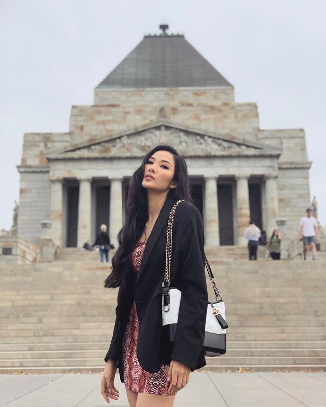 """""""Cái túi Chanel"""" hơn trăm triệu của Hoàng Thùy: Cực đẳng cấp nhưng nàng Á hậu diện trông có đẹp và sang? - Ảnh 2."""