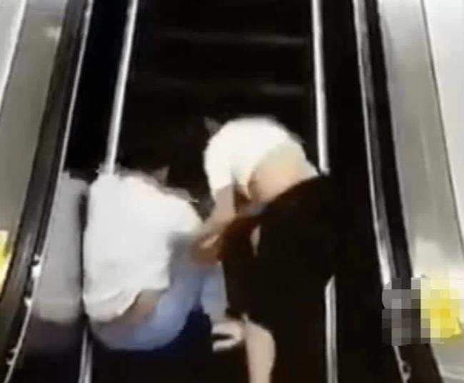 Cặp đôi vô tư hôn nhau say đắm trên thang cuốn khiến mọi người nóng mặt ai ngờ gặp ngay kết cục đáng xấu hổ - Ảnh 3.
