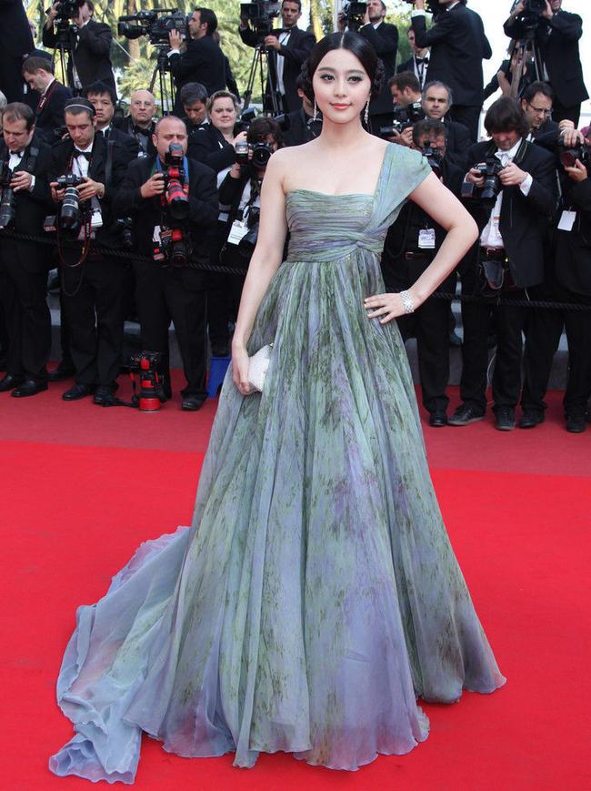 """Thâm niên 8 lần đi Cannes của Phạm Băng Băng: Những bộ cánh đẹp xuất chúng, đính kèm vài pha """"lọt hố"""" càng về sau này càng mờ nhạt - Ảnh 3."""