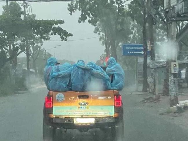 Rớt nước mắt Đội xe khử khuẩn phản ứng nhanh chống Covid-19 dầm mưa động viên nhau giữa Sài Gòn - Ảnh 2.