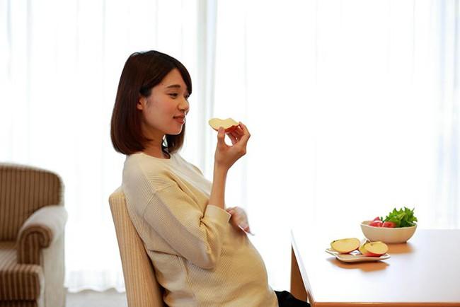 """Ăn hoa quả khi mang thai, bà bầu nên chú ý """"3 ít, 3 không"""" để có lợi cho cả mẹ lẫn con - Ảnh 1."""