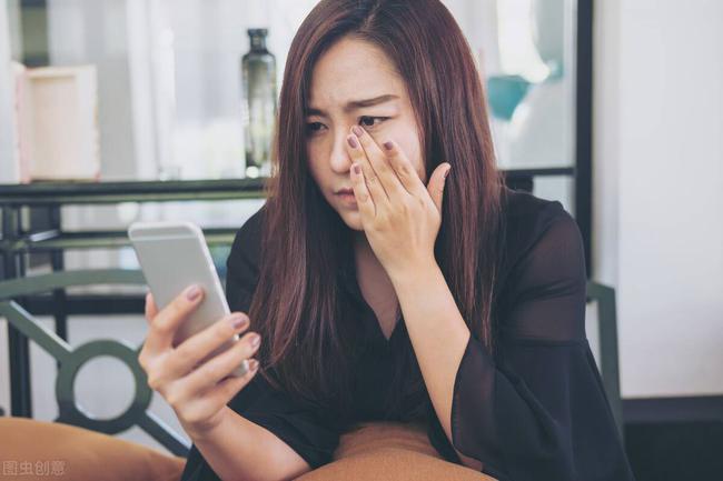 Sáng cuối tuần đang ngủ nướng, tôi giật mình nghe tiếng chuông điện thoại, đọc tin nhắn bố chồng gửi cho chồng mà tôi cay mắt  - Ảnh 1.