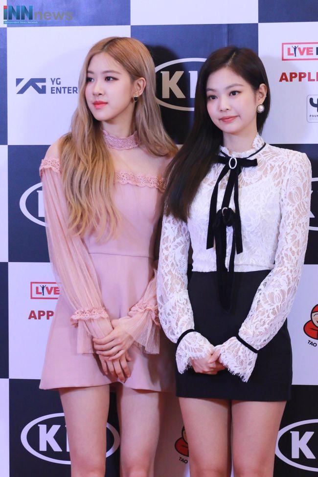 """Đọ style của Rosé và Jennie khi cạnh nhau: Cô em hút mắt với màu tóc nổi, nhưng rất hay bị """"đường cong"""" của cô chị lấn át - Ảnh 1."""