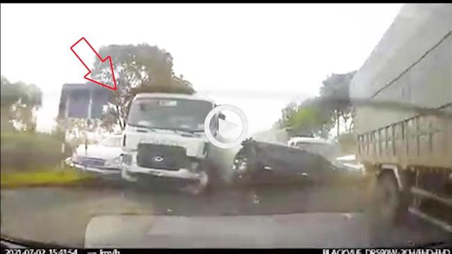 Khoảnh khắc kinh hoàng xe bồn mất lái gây tai nạn liên hoàn, ít nhất 1 người chết, giao thông tê liệt - Ảnh 2.