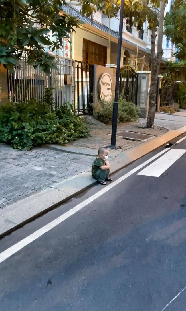 """Con trai Trà My Idol ngồi bên vệ đường với biểu cảm """"nghĩ nó chán"""", mẹ tiết lộ nguyên nhân khiến ai cũng thương"""