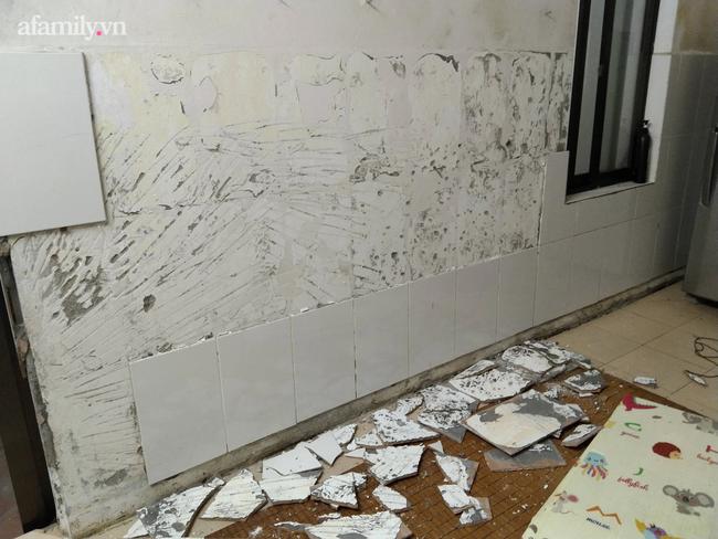 Hà Nội: Mảng tường bất ngờ rơi, khiến cháu bé 1 tuổi nhập viện - Ảnh 4.