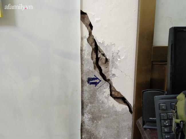 Hà Nội: Mảng tường bất ngờ rơi, khiến cháu bé 1 tuổi nhập viện - Ảnh 3.