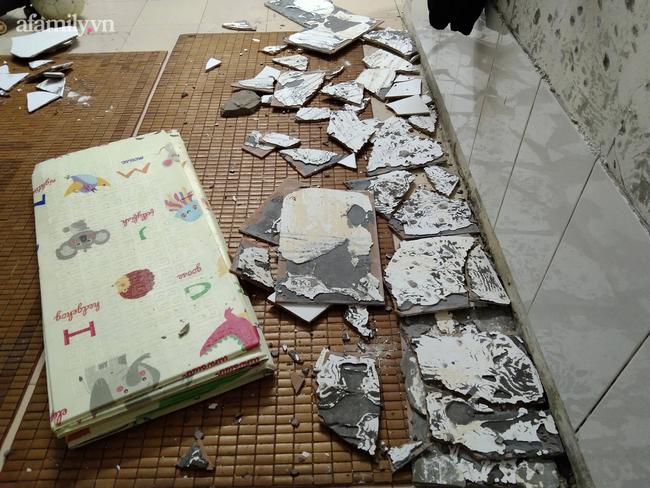 Hà Nội: Mảng tường bất ngờ rơi, khiến cháu bé 1 tuổi nhập viện - Ảnh 2.