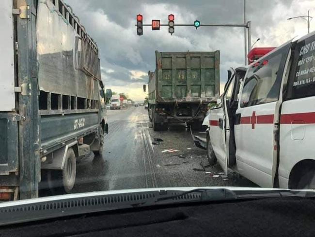Xe cứu thương chở sản phụ tông đuôi xe tải tại điểm tín hiệu giao thông, 1 người tử vong - Ảnh 1.