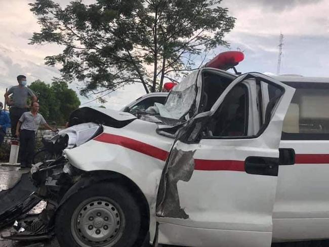 Xe cứu thương chở sản phụ tông đuôi xe tải tại điểm tín hiệu giao thông, 1 người tử vong - Ảnh 2.
