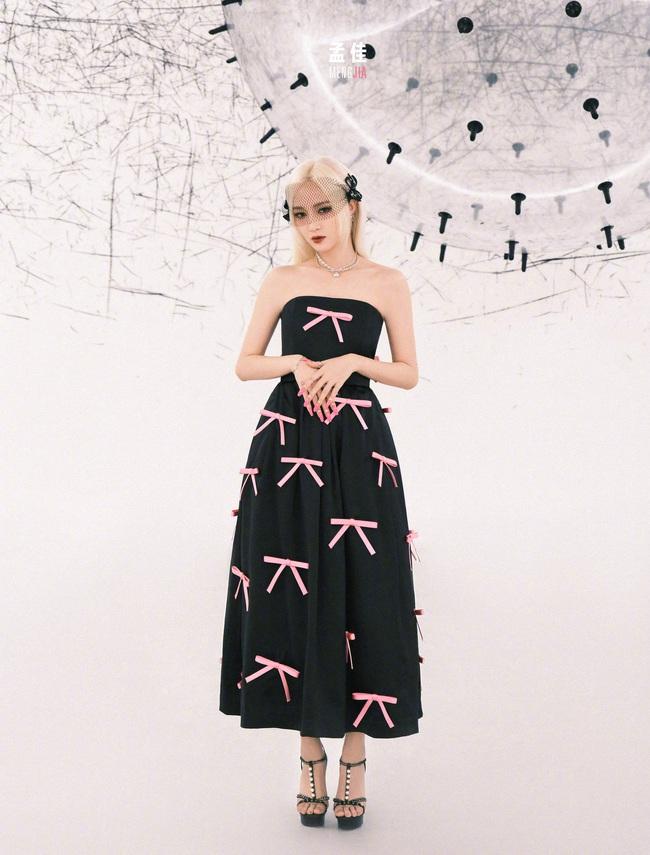 """Rosé (Black Pink) chơi chiêu cắt ngắn váy để khoe chân dài vẫn lép vế trước một """"nhan sắc vô danh"""" khi đụng hàng - Ảnh 4."""