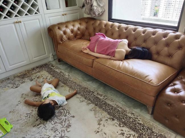 """Hoà Minzy và con trai ôm nhau ngủ nhưng tình cảnh """"mỗi người một nơi"""" sau đó khiến nhiều người cười ra nước mắt - Ảnh 1."""