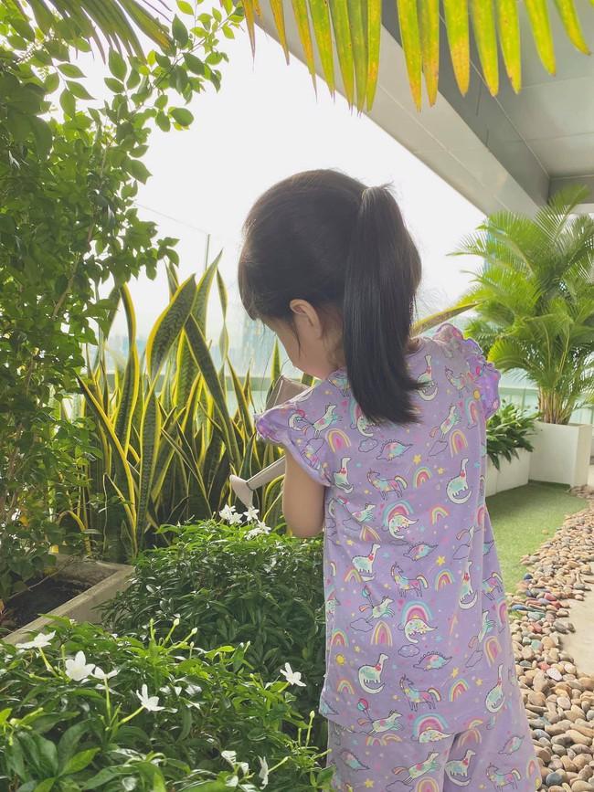 Con gái Đặng Thu Thảo càng lớn càng xinh, chỉ diện bộ đồ giá bình dân nhưng vẫn toát lên thần thái tiểu thư - Ảnh 1.