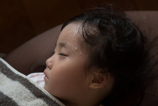 Trẻ bị ra mồ hôi trộm khi ngủ, bố mẹ lo lắng do thiếu canxi và suy nhược cơ thể? Điều này là đúng hay sai? - Ảnh 2.