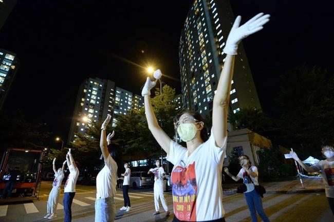"""Giữa mùa dịch, có một đêm nhạc """"hoành tráng"""" với sự góp mặt của Hoa hậu H'Hen Niê, ca sĩ Phương Thanh đã diễn ra nhưng với mục đích bất ngờ - Ảnh 1."""