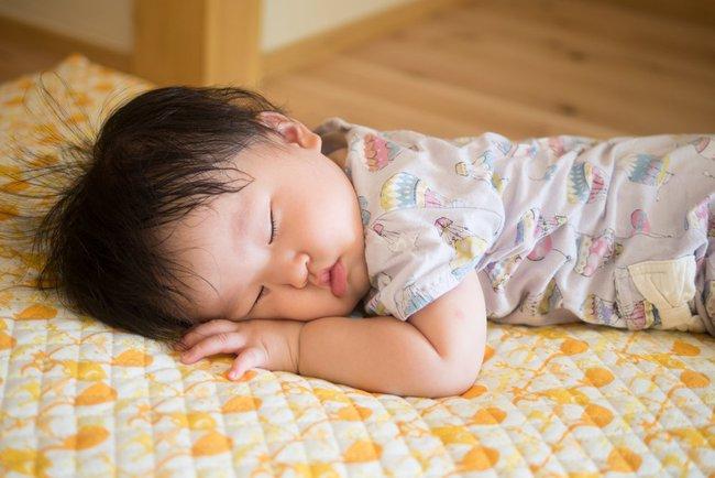 Trẻ bị ra mồ hôi trộm khi ngủ, bố mẹ lo lắng do thiếu canxi và suy nhược cơ thể? Điều này là đúng hay sai? - Ảnh 4.