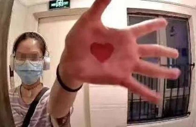 Nữ y tá bị nữ bệnh nhân rình rập và tỏ tình suốt 2 năm, hành vi điên cuồng ngày càng lố, nạn nhân suy sụp cầu cứu - Ảnh 1.
