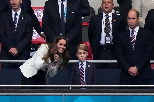 Công nương Kate tung ảnh mừng sinh nhật Hoàng tử George 8 tuổi, chứa chi tiết ẩn ý gửi nhà Meghan - Ảnh 3.