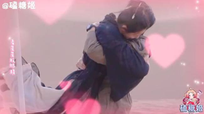 Lộ cảnh Địch Lệ Nhiệt Ba chạy đến ôm chầm lấy Dương Dương, va chạm cơ thể thế nào mà netizen phát sốt - Ảnh 1.