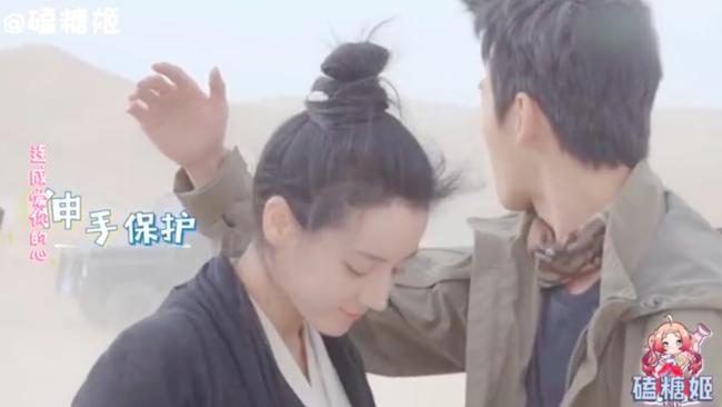 Lộ cảnh Địch Lệ Nhiệt Ba chạy đến ôm chầm lấy Dương Dương, va chạm cơ thể thế nào mà netizen phát sốt - Ảnh 6.