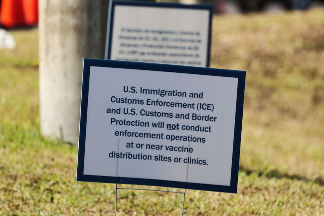 """Hầu khắp các địa điểm tiêm chủng ở Mỹ đều đặt tấm biển này, chỉ một dòng chữ nhưng khiến tất cả người dân """"phục"""" vì sự bình đẳng - Ảnh 3."""