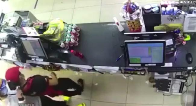 """Cướp rút dao kề cổ nữ nhân viên, cướp tiền trong cửa hàng tiện lợi ở Sài Gòn: """"Ra ngoài tao chém"""" - Ảnh 3."""