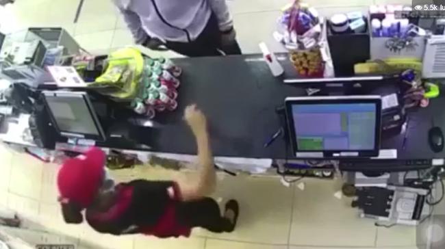 """Cướp rút dao kề cổ nữ nhân viên, cướp tiền trong cửa hàng tiện lợi ở Sài Gòn: """"Ra ngoài tao chém"""" - Ảnh 2."""