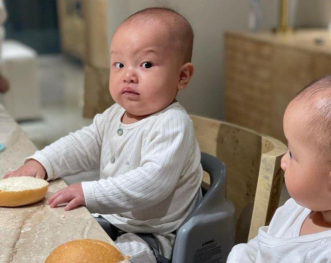 """Hồ Ngọc Hà - Kim Lý tự tay vào bếp nấu ăn cho Lisa và Leon nhưng nhìn khuôn mặt """"đậm nét đánh giá"""" của cậu con út mà phì cười  - Ảnh 1."""