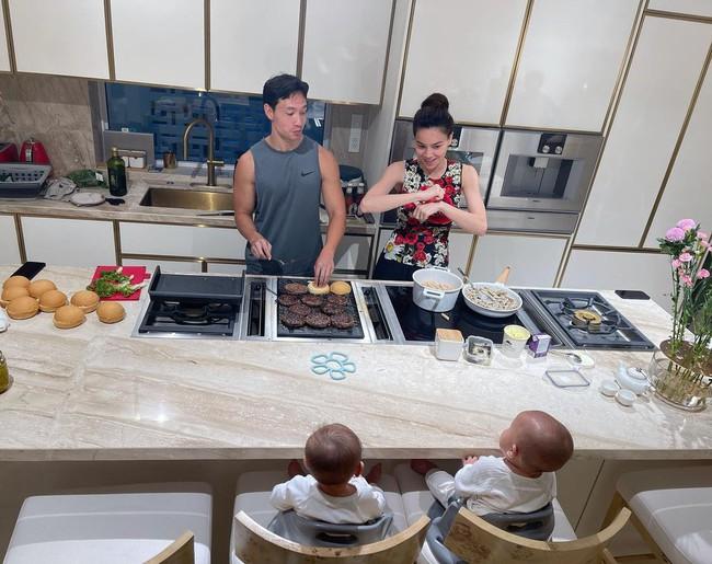 """Hồ Ngọc Hà - Kim Lý tự tay vào bếp nấu ăn cho Lisa và Leon nhưng nhìn khuôn mặt """"đậm nét đánh giá"""" của cậu con út mà phì cười  - Ảnh 3."""