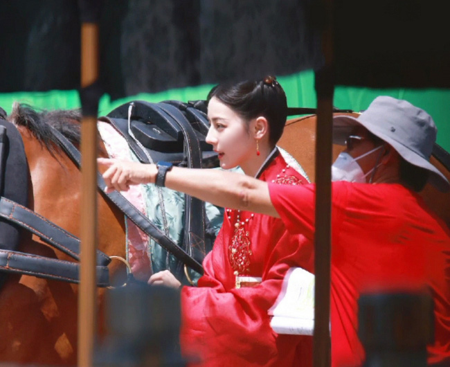 Full ảnh cận mặt cực đẹp của Địch Lệ Nhiệt Ba khi quay phim cùng Cung Tuấn, nhà gái vẫn là hợp nhất với màu đỏ  - Ảnh 2.