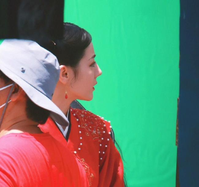 Full ảnh cận mặt cực đẹp của Địch Lệ Nhiệt Ba khi quay phim cùng Cung Tuấn, nhà gái vẫn là hợp nhất với màu đỏ  - Ảnh 7.