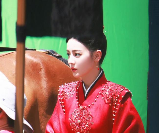 Full ảnh cận mặt cực đẹp của Địch Lệ Nhiệt Ba khi quay phim cùng Cung Tuấn, nhà gái vẫn là hợp nhất với màu đỏ  - Ảnh 4.
