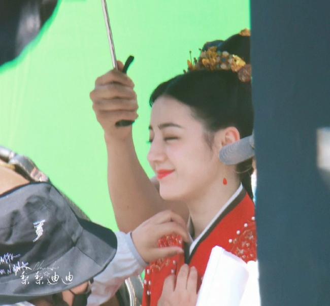 Full ảnh cận mặt cực đẹp của Địch Lệ Nhiệt Ba khi quay phim cùng Cung Tuấn, nhà gái vẫn là hợp nhất với màu đỏ  - Ảnh 3.