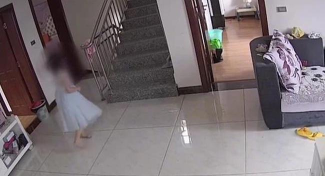 Chị trông em chưa đầy 5 phút đã xảy ra tai nạn đáng sợ, mẹ chỉ trích con gái bất cẩn, đến khi xem video mới bật khóc hối hận - Ảnh 4.