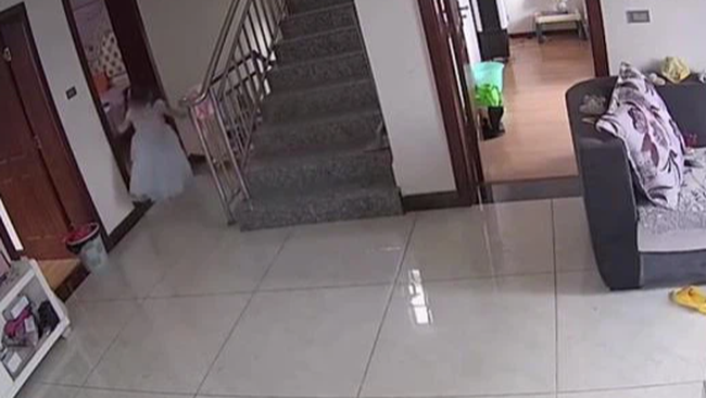 Chị trông em chưa đầy 5 phút đã xảy ra tai nạn đáng sợ, mẹ chỉ trích con gái bất cẩn, đến khi xem video mới bật khóc hối hận - Ảnh 3.