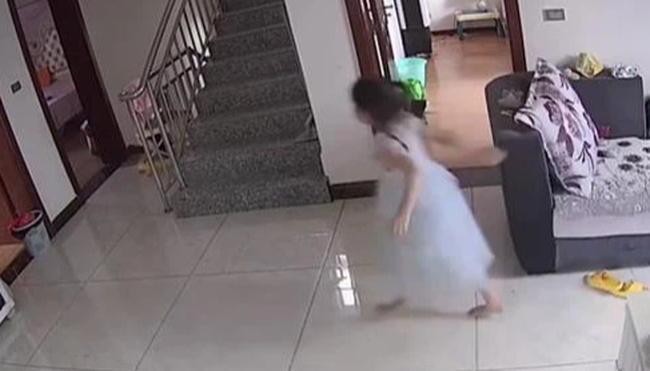 Chị trông em chưa đầy 5 phút đã xảy ra tai nạn đáng sợ, mẹ chỉ trích con gái bất cẩn, đến khi xem video mới bật khóc hối hận - Ảnh 2.
