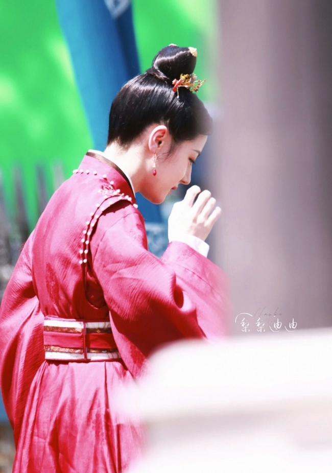 Full ảnh cận mặt cực đẹp của Địch Lệ Nhiệt Ba khi quay phim cùng Cung Tuấn, nhà gái vẫn là hợp nhất với màu đỏ  - Ảnh 5.