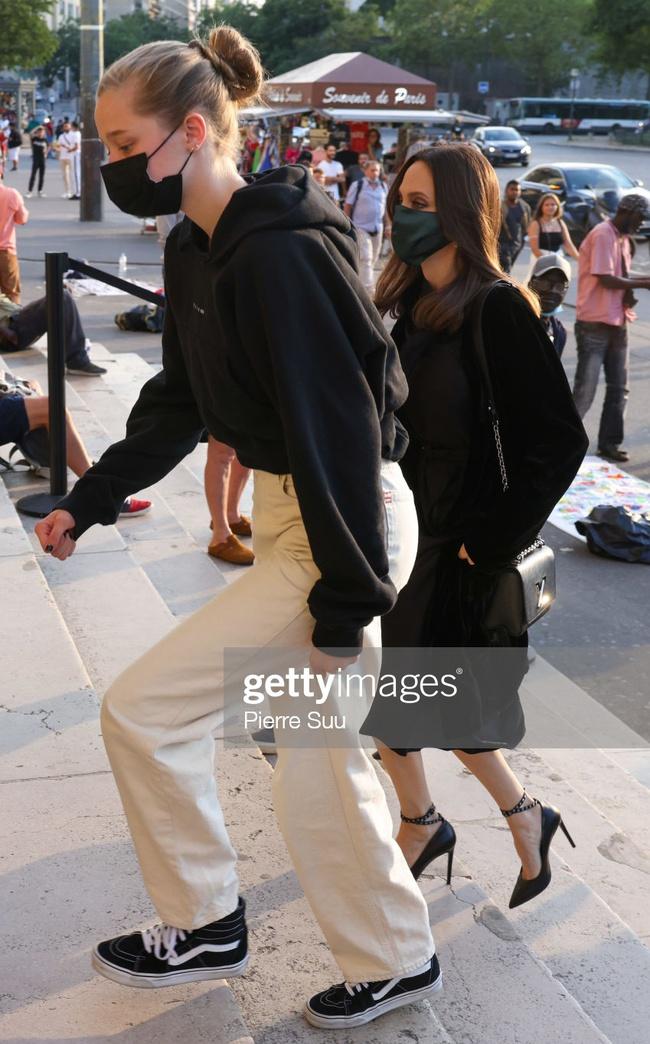 Con gái tomboy của Angelina Jolie gây chú ý ở nhiều cao khủng khi đi cùng mẹ - Ảnh 3.