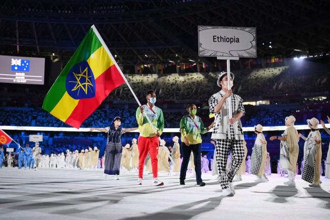Lễ khai mạc Olympic Tokyo 2020: Rực rỡ sắc màu, đoàn thể thao Việt Nam xuất hiện tràn đầy nhiệt huyết - Ảnh 25.