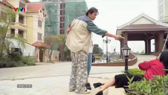 """Hương vị tình thân: Lộ ảnh bà Xuân ngã chổng vó trong bồn cây sau khi bị ông Sinh cho ăn """"vả""""? - Ảnh 1."""